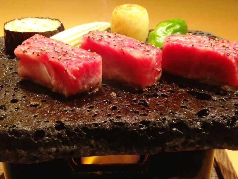 別注料理「飛騨牛の溶岩焼き」の販売を始めました。