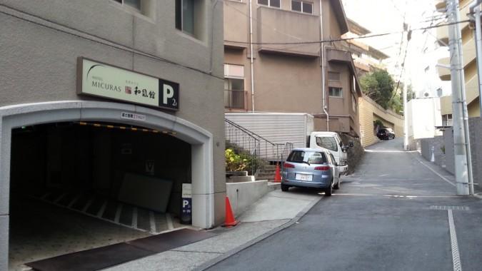 自家用車駐車場のご案内をします。