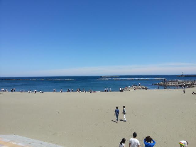歩いて徒歩2分~3分でアタミサンビーチです。