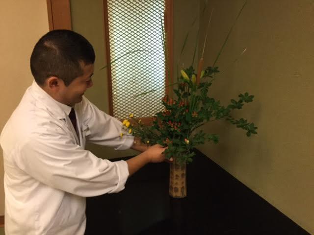 スタッフがいけた花・・・・田中調理長も。