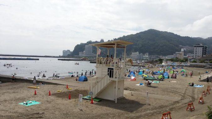 8月24日(水)11:00AMにぎわいを増す熱海サンビーチ。