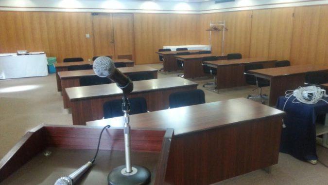 18名のスクール形式の会議場(花橘)を用意しました。