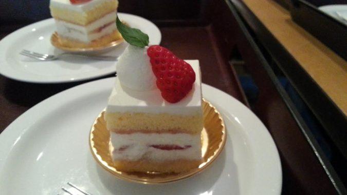 会議の休憩時にショートケーキを出しました。