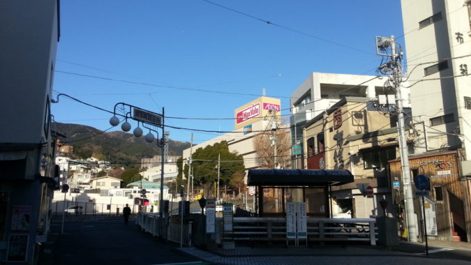 1月26日(金)朝の熱海温泉・・・・釜鳴屋平七像前のあたみ桜
