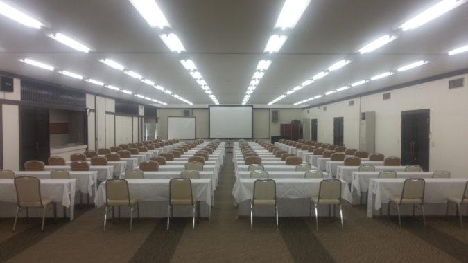 120名のスクール形式の会議場『コンベンションルーム』