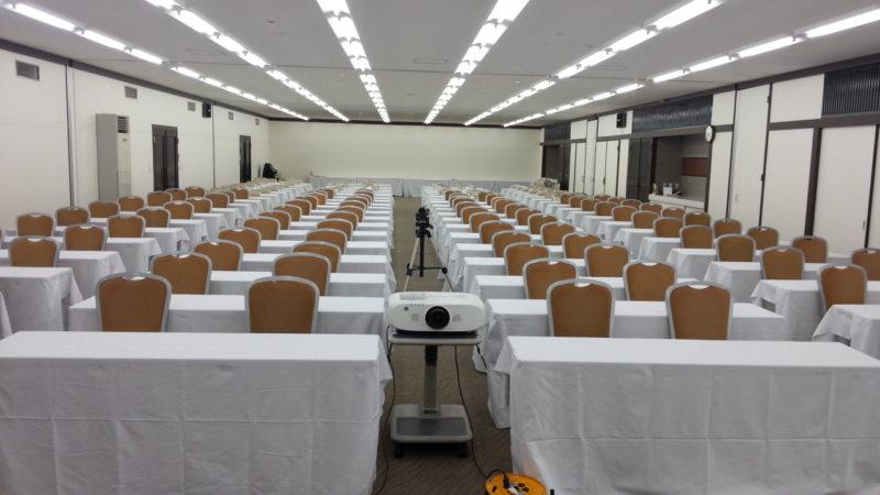 150名の会議(スクール形式)のセッティングです。