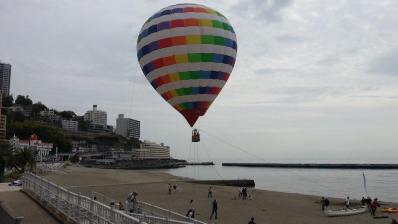 気球に乗って熱海を独り占め・・・・熱海サンビーチ