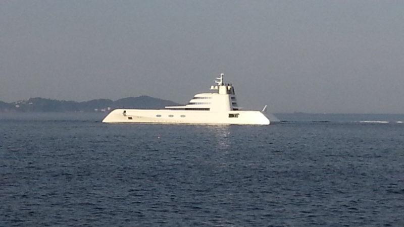 熱海サンビーチの沖合に大型ヨットが・・・・
