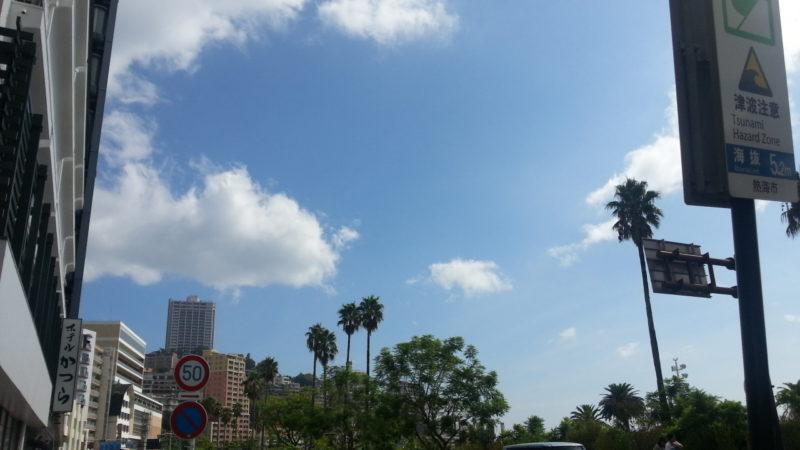 朝から蒸し暑い熱海温泉です。道路・駐車場は、混み合っています。