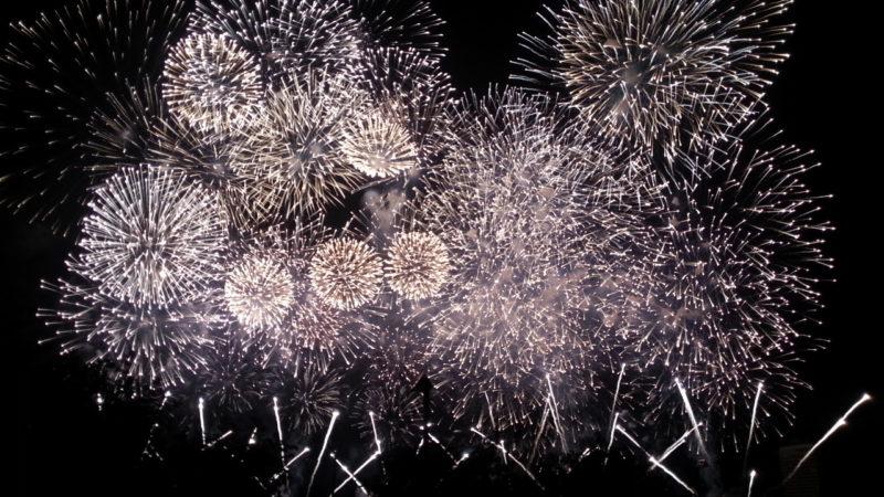 次回の熱海海上花火大会は、『9月17日(祝・月)』です。