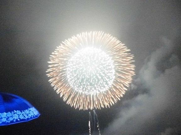 特大2尺玉が打ちあがります。(8月30日の熱海海上花火大会)