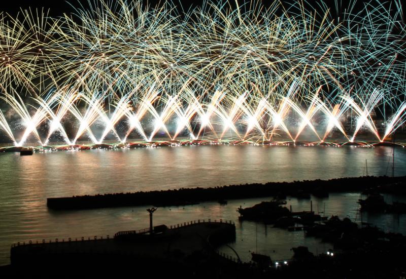 冬の熱海海上花火大会をご案内します。(12月9日と12月16日)