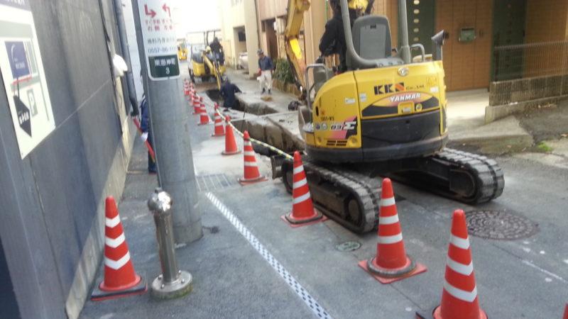 旅館の前の道路が、ガス管配管工事のため、ご迷惑をおかけします。
