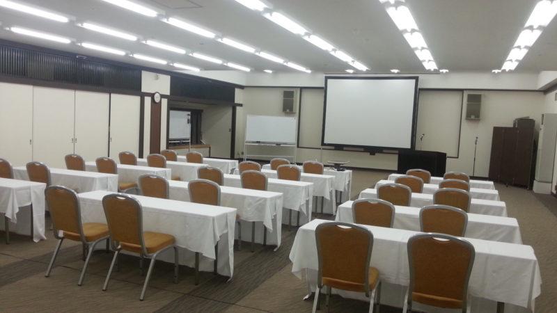 コンベンションルームで30名の研修会場のセッティングを