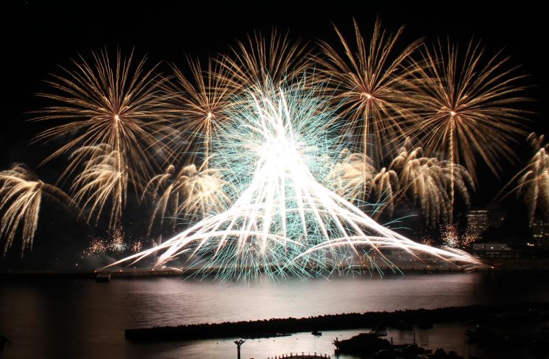 12月9日(日)冬の熱海海上花火大会の開催日です。