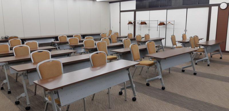 会議場(コンベンションホール)の机が新しいものになりました。
